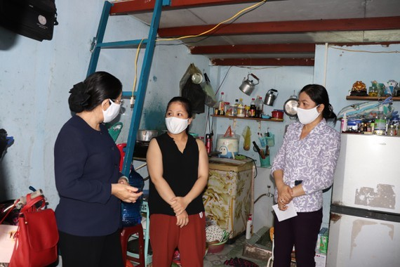 Deputy Secretary of the Municipal Party Committee Vo Thi Dung visits low-income employees at an accommodation block of Tan Binh