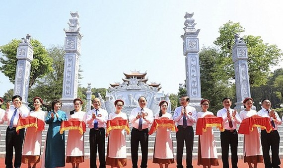 PM Nguyen Xuan Phuc (sixth from right) cuts the ribbon to inaugurate a temple dedicated to the ancestors of President Ho Chi Minh in Kim Lien commune, Nam Dan district, the central province of Nghe An. (Photo: VPG)