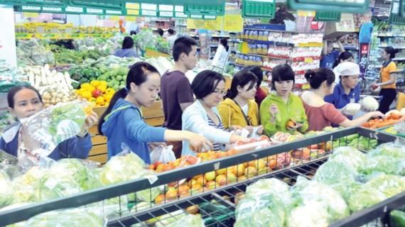 Customers at a Saigon Co.op supermarket (Photo: SGGP)