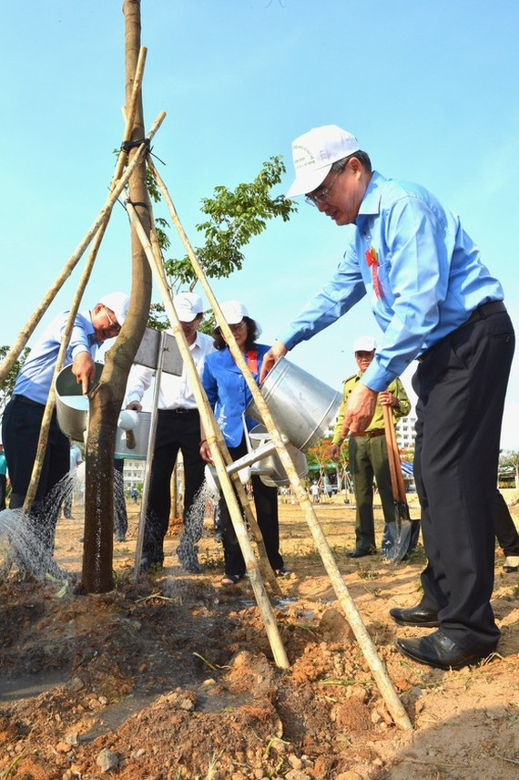 Secretary of HCMC Party Committee Nguyen Thien Nhan plants trees at the launching ceremony (Photo:Viet Dung)