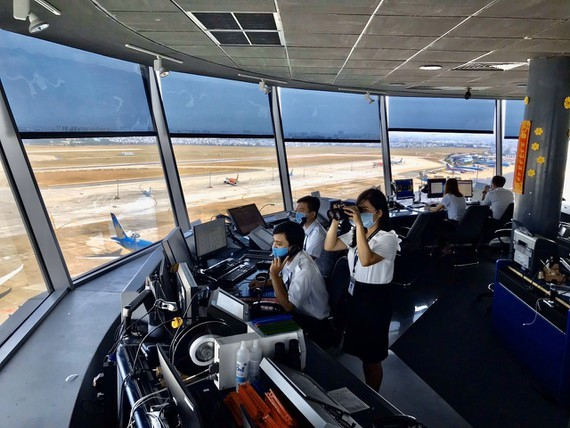 Ground-based air traffic controllers conduct the centralized isolation at the office to ensure operation safety of flights