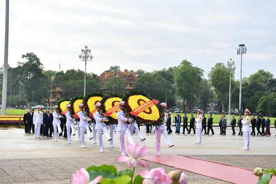 State leaders lay wreathes at Mausoleum of President Ho Chi Minh (photo:Viet Chung)