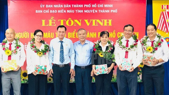 Outstanding blood donors are praised for their contributions in voluntary blood donation(photo: Thanhuytphcm.vn)