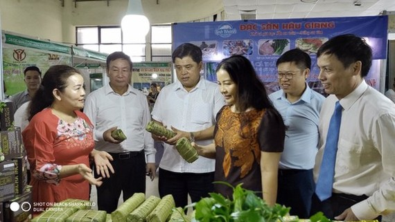 Deputy Minister of Agriculture and Rural Development Tran Thanh Nam attends in the opening ceremony of the Safe Agriculture Week Fair 2020
