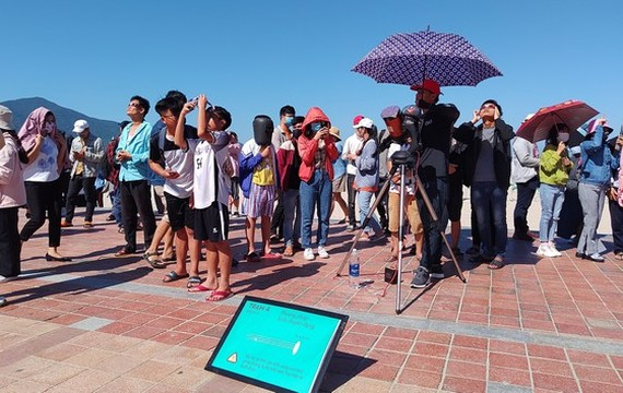 Eclipse phenomenon attracts hundreds of observers in Da Nang