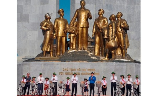 Permanent Deputy Prime Minister Truong Hoa Binh and local leaders present bicycles for poor pupils