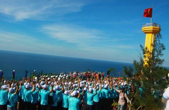 Flag raising ceremony takes place at Thoi Loi peak (Photo: Nguyen Trang)