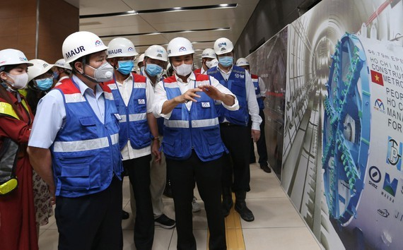 Chairman of the Ho Chi Minh City People's Committee Nguyen Thanh Phong visits the Opera House metro station in the stretch from Nguyen Hue to Dong Khoi Street and the B1 basement under the Ben Thanh-Suoi Tien metro project. (Photo:Hoang Hung)