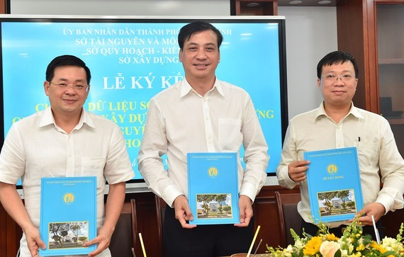 Directors of the Ho Chi Minh City Department of Construction, Department of Natural Resources and Environment, Department of Planning and Architecture sign a memorandum of understanding about cooperation of sharing data. (Photo: Viet Dung)