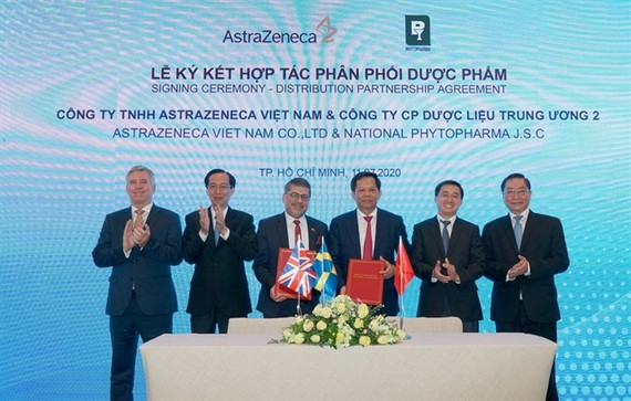 AstraZeneca Vietnam signed an MoU on distributing pharmaceutical products with the National Phytopharma Joint-Stock Company No 2 on July 11 in HCMC (Photo:VNS)
