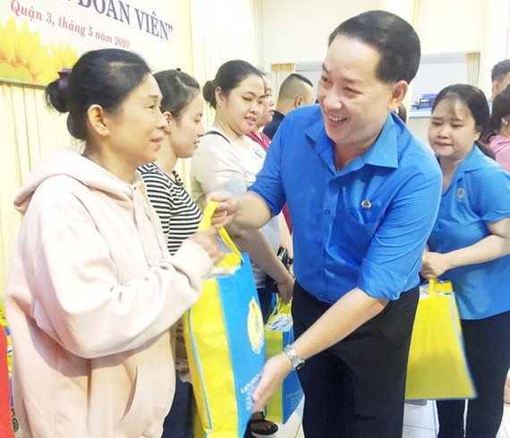 Representative of the HCMC Department of Labor, War Invalids and Social Affairs gifts eligible citizens of  Covid-19 financial assistance