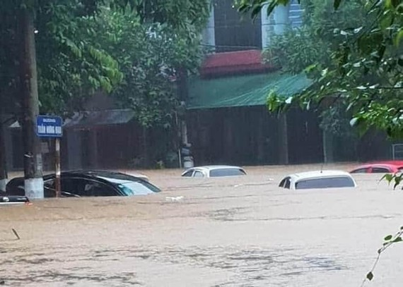 Flood water submerges cars (Photo: Quang Phuc)