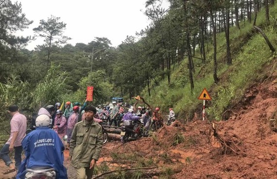Downpour causes mountain pass landslide