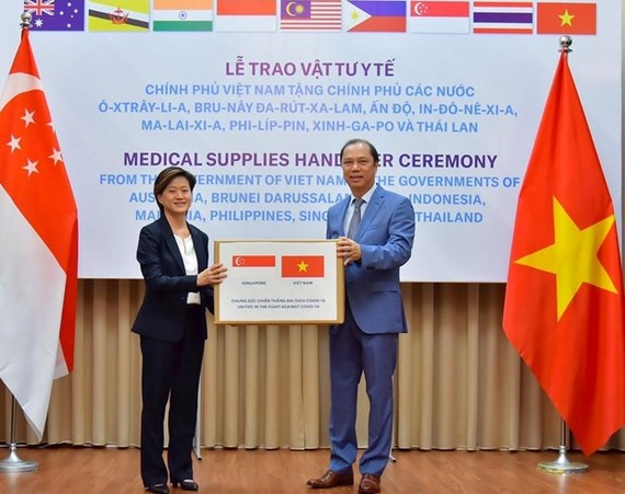 Singaporean Ambassador Catherine Wong Siow Ping (left) receives a donation of Reverse Transcription Polymerase Chain Reaction test kits from Vietnamese Deputy Foreign Minister Nguyen Quoc Dung in May (Photo courtesy of the Singaporean Embassy)