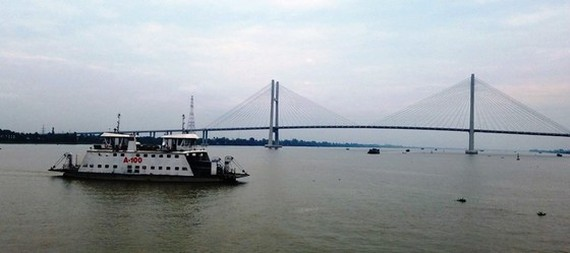 After many years of carrying means of transport and passengers across Tien River connecting Cao Lanh city and Lap Vo district, Cao Lanh ferry is shut down its operation from mid-night of August 24