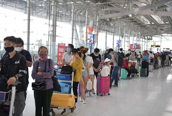 Citizens wait for boarding (Photo: VNA)