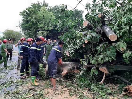 Downpour, storm-force wind rush down Central provinces