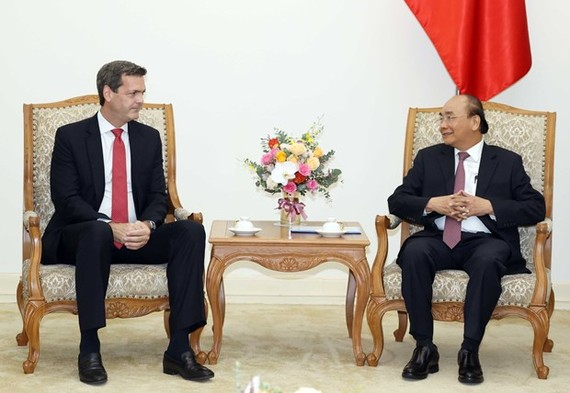 The meeting between Prime Minister Nguyen Xuan Phuc (R) and ADB Country Director Andrew Jeffries on September 17 (Photo: VNA)