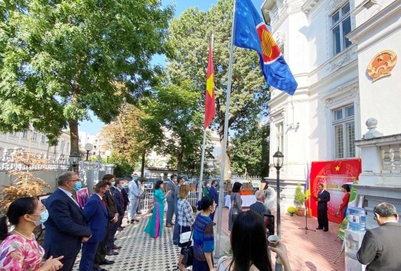 An overview of the opening ceremony of the exhibition (Photo: VNA)