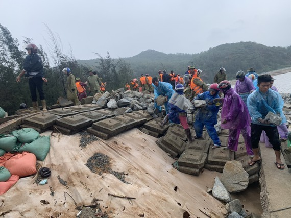 Ha Tinh Province's 40-meter sea dyke section breached