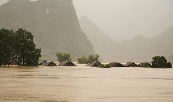 Foreign leaders inquire about current flood situation in Central Vietnam