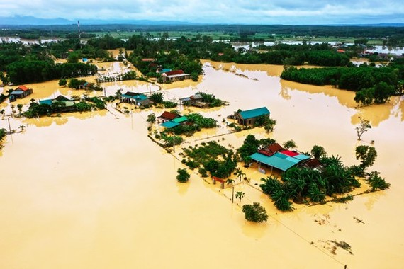 Helicopter drops 1.5 tons of relief cargo to flood-isolated areas in Quang Tri