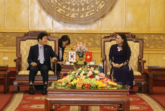 Speaker of the National Assembly of the Republic of Korea (RoK) Park Byeong-seug (left) and Secretary of the provincial Party Committee and head of Ninh Binh's delegation of NA deputies, Nguyen Thi Thu Ha (Photo: VNA)