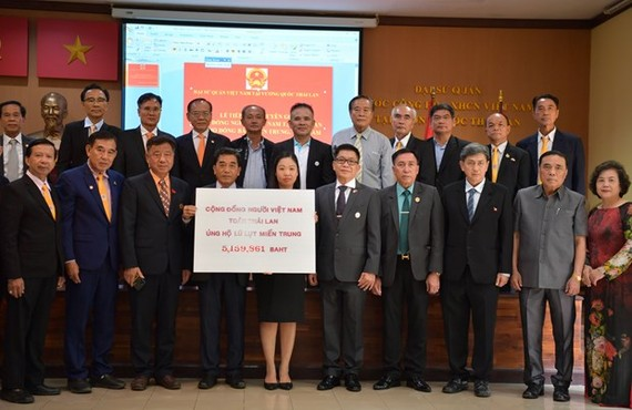 The Vietnamese Embassy in Thailand receives the aid from Vietnamese people in the country on November 1 (Photo: VNA)