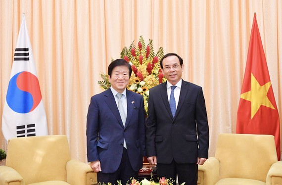 Secretary of the Party Central Committee, Secretary of Ho Chi Minh City Party Committee Nguyen Van Nen (R) and Speaker of the National Assembly of the Republic of Korea (RoK) Park Byeong-Seug (Photo:Viet Dung)