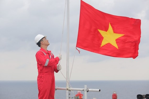 The flag-salute ceremonies have been held at Hai Thach-Moc Tinh platform at 6:30 of every first Monday of a month from July 2018 (Photo: petrovietnam.petrotimes.vn)