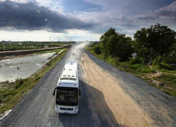 Buses under 16 seats and trucks weighing less than 2.5 tons will be allowed to operate on one side of My Thuan-Trung Luong expressway