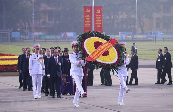 Delegates to the 13th National Party Congress pay tribute to President Ho Chi Minh ahead of the congress's preparatory session. (Photo: VNA)