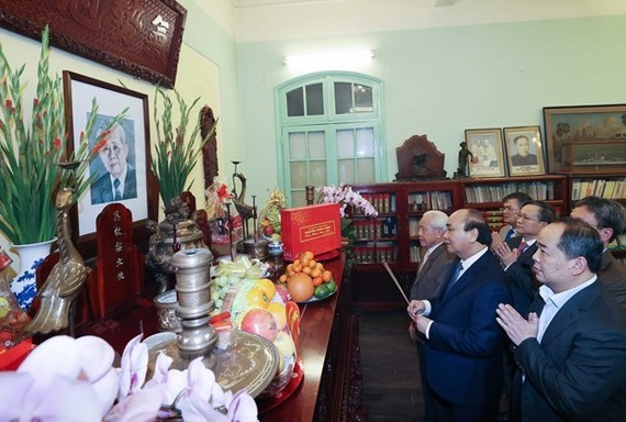 Prime Minister Nguyen Xuan Phuc offers incense to the late Party General Secretary Le Duan (Photo: VNA)
