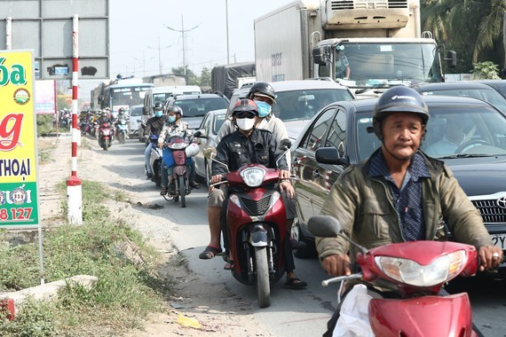 Severe traffic congestion still occurs in National Highway No.1 although one way of the My Thuan- Trung Luong expressway was allowed operation.