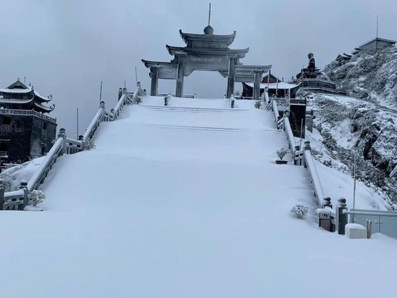 Snow, ice fully cover on top of Fansipan mountain