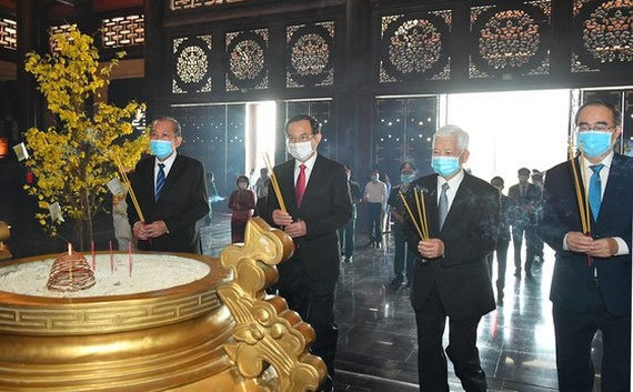 The senior leaders offer incenses at Sai Gon-Cho Lon-Gia Dinh Revolution Memorial Complex