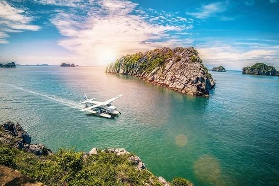 Exploring Ha Long Bay by hydroplane (Photo: VNA)