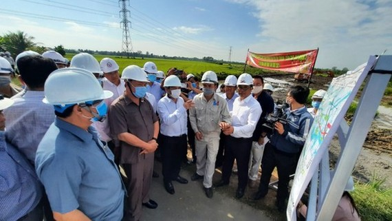 Minister of Transport Nguyen Van The pays a visit to the construction site of My Thuan – Can Tho Expressway project.