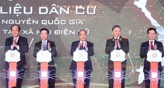 Prime Minister Nguyen Xuan Phuc attends the launch of the national database on population (Photo: VNA)