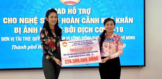 Bà Phan Kiều Thanh Hương, Phó Chủ tịch UBMTTQVN-TPHCM trao bảng tiền tượng trưng cho NSƯT Thanh Thúy, Phó Giám đốc Sở VH-TT TPHCM