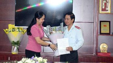Đồng chí Lê Thị Hồng Nga trao quyết định chỉ định đồng chí Đặng Minh Đạt làm Bí thư Đảng ủy Thanh tra TPHCM
