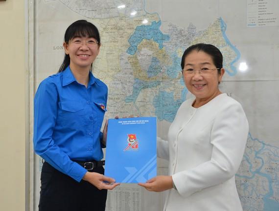 Phó Bí thư Thành uỷ TPHCM Võ Thị Dung trao quyết định cho chị Phan Thị Thanh Phương. Ảnh: VIỆT DŨNG