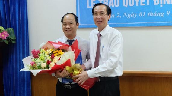 Đồng chí Lê Thanh Liêm trao quyết định cho đồng chí Lê Đức Thanh