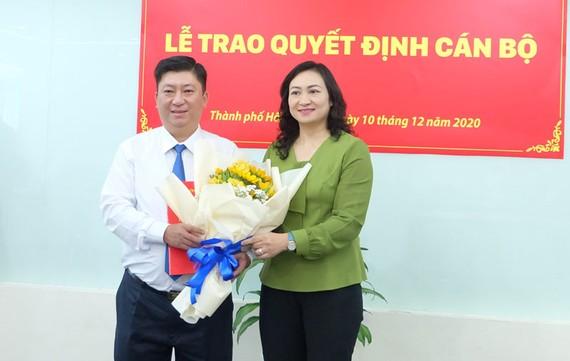 Ủy viên Ban Thường vụ Thành ủy TPHCM Phan Thị Thắng chúc mừng tân Phó Bí thư Đảng ủy HFIC Lương Quốc Chiến