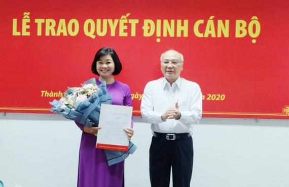 Đồng chí Phan Nguyễn Như Khuê trao quyết định cho đồng chí Lý Việt Trung