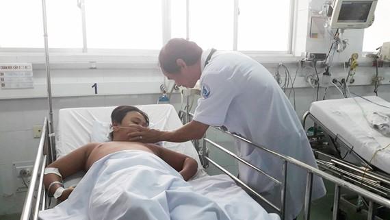 TS.BS Phạm Văn Quang, Trưởng khoa Hồi sức tích cực, Bệnh viện Nhi đồng 1 đang thăm khám cho bệnh nhi