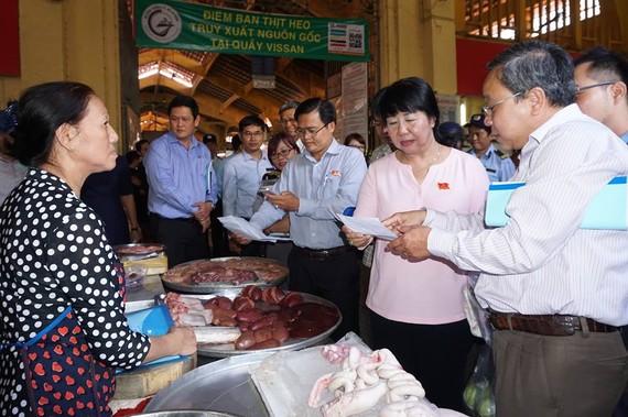Lãnh đạo TPHCM kiểm tra an toàn thực phẩm tại chợ Bến Thành. Ảnh: HOÀNG HÙNG