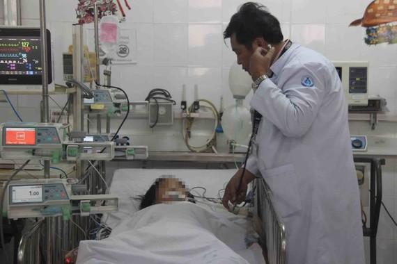 Bác sĩ thăm khám cho bệnh nhi