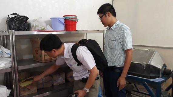 Lực lượng chức năng kiểm tra kho nguyên liệu của một cơ sở sản xuất giò chả trên địa bàn TPHCM