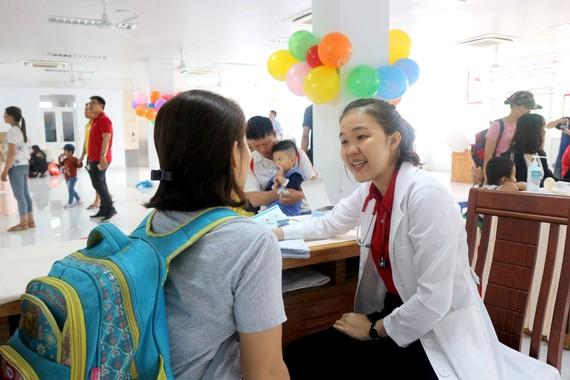 Bác sĩ đang thăm khám cho bệnh nhi mắc hen